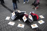 Kundgebung in Düsseldorf am 4.12.2010: Keine Bomben - Taschen auf dem Bahnhofsvorplatz